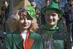 Célébration de jour du ` s de St Patrick à Moscou Un couple dans des costumes de vacances Photographie stock