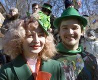 Célébration de jour du ` s de St Patrick à Moscou Un couple dans des costumes de vacances Photo libre de droits