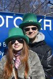 Célébration de jour du ` s de St Patrick à Moscou Un couple dans des costumes de vacances Images stock