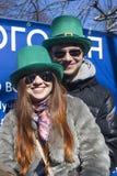 Célébration de jour du ` s de St Patrick à Moscou Un couple dans des costumes de vacances Photo stock