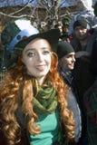 Célébration de jour du ` s de St Patrick à Moscou Une femme dans le costume de vacances Photographie stock libre de droits