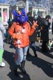 Célébration de jour du ` s de St Patrick à Moscou Une femme dans le costume de vacances Image libre de droits