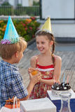 Célébration de l'anniversaire avec des amis Images libres de droits