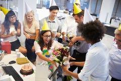 Célébration de l'anniversaire d'un collègue dans le bureau Photographie stock