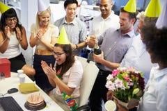 Célébration de l'anniversaire d'un collègue dans le bureau Images libres de droits