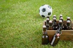 Célébration de la coupe du monde avec une caisse de bières Photos libres de droits