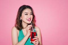 Célébration de la fille asiatique avec le maquillage professionnel et les cheveux élégants Image libre de droits