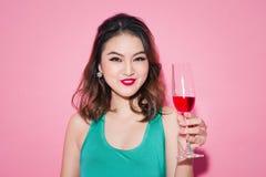 Célébration de la fille asiatique avec le maquillage professionnel et les cheveux élégants Photographie stock
