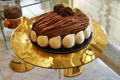 Célébration de la pâtisserie de Mont Blanc de châtaigne à la boutique de thé d'Angelina à Paris Photographie stock