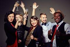 Célébration de la soirée du Nouveau an avec des amis Photos libres de droits