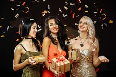 Célébration de Noël Amis avec des cadeaux de Noël Partie de nouvelle année Photographie stock libre de droits
