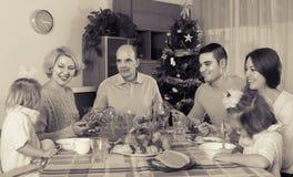 Célébration de Noël dans la poitrine de la famille Photos libres de droits