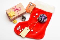 Célébration de Noël Petits articles stockant des stuffers ou de petits cadeaux de Noël de remplisseurs Fond blanc de chaussette d photographie stock libre de droits