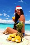 Célébration de Noël sur la plage tropicale Photographie stock libre de droits