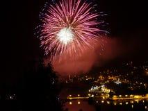 Célébration de nouvelle année avec le feu d'artifice coloré Image stock