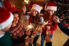 Célébration de nouvelle année avec les étincelles et le champagne Photo libre de droits