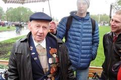 Célébration de Victory Day à Moscou Combattant et jeunes hommes Image libre de droits
