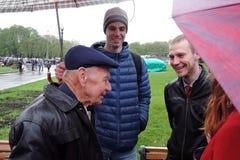 Célébration de Victory Day à Moscou L'homme supérieur parle à des jeunes Image libre de droits