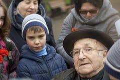 Célébration de Victory Day à Moscou L'homme supérieur parle aux jeunes Photographie stock