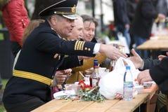 Célébration de Victory Day à Moscou Les gens s'asseyent à la table et célèbrent Photographie stock libre de droits