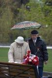Célébration de Victory Day à Moscou Verticale aînée de couples Photographie stock