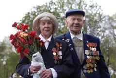 Célébration de Victory Day à Moscou Verticale aînée de couples Images libres de droits