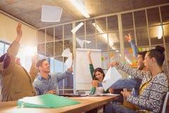 Célébration des gens d'affaires jetant des papiers dans le ciel Photos stock