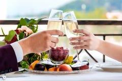 Célébration du jour du mariage avec des verres de champagne La jeune mariée grille avec le champagne Photographie stock libre de droits