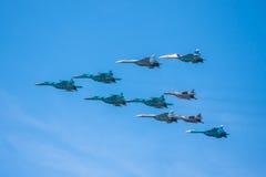 Célébration du soixante-huitième anniversaire de Victory Day (WWII). Vol des avions au-dessus de la ville Photo libre de droits
