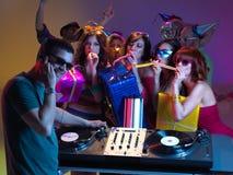 Célébration, filles, le DJ et présents d'anniversaire Photos stock