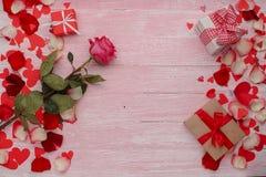 Célébration heureuse d'amour de jour de valentines dans un style rustique Photographie stock libre de droits