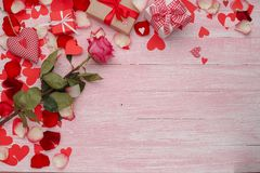 Célébration heureuse d'amour de jour de valentines dans un style rustique d'isolement Photos libres de droits