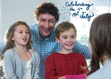 Célébration heureuse de famille le 4ème juillet Photos stock