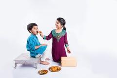 Célébration indienne de frère et de soeur rakshabandhan ou festival de rakhi Images libres de droits