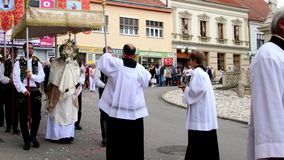 Célébration le festin du corpus Christi Body du Christ également connu sous le nom de corpus Domini Costumes de gens d'usage de f banque de vidéos
