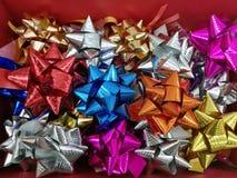 Célébration le lendemain de Noël avec la collection colorée de ruban de variété pour des cadeaux Images libres de droits
