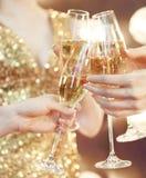 célébration Les gens retenant des glaces de champagne effectuant un pain grillé Images libres de droits