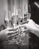célébration Les gens retenant des glaces de champagne effectuant un pain grillé Photo stock