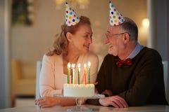 Célébration romantique d'anniversaire pour les couples supérieurs Photographie stock