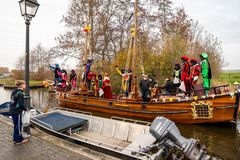 Célébration traditionnelle de festival de Sinterklaas, Peter noir Les gens avec le maquillage et les costumes colorés photos stock