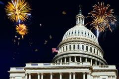 Célébrations de feux d'artifice de Jour de la Déclaration d'Indépendance au-dessus d'U S Réflexion du capitol dans le Washington  Image stock