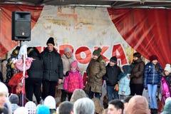 Célébrations de masse sur la scène de rue les vacances de Maslenit Images stock