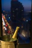 Célébrez ! Champagne avec le paysage urbain de soirée Photographie stock libre de droits