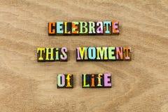 Célébrez l'invitation vivante de succès de temps d'amour de la vie de moment photo stock
