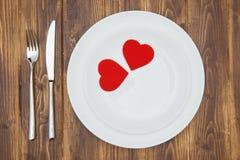 Célébrez le jour de valentine, coeurs forment d'un plat Photos libres de droits