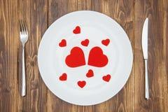 Célébrez le jour de valentine, coeurs forment d'un plat Images libres de droits