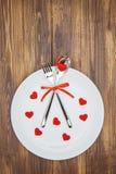 Célébrez le jour de valentine, la forme de coeur et le dishware d'un plat Images libres de droits