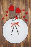 Célébrez le jour de valentine, la forme de coeur et le dishware d'un plat Photo stock