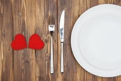 Célébrez le jour de valentine, les coeurs forment et un plat Photographie stock libre de droits