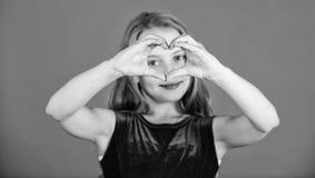 Célébrez le jour de valentines Amour et sympathie Concept d'amour Geste de main en forme de coeur d'exposition mignonne d'enfant  images libres de droits